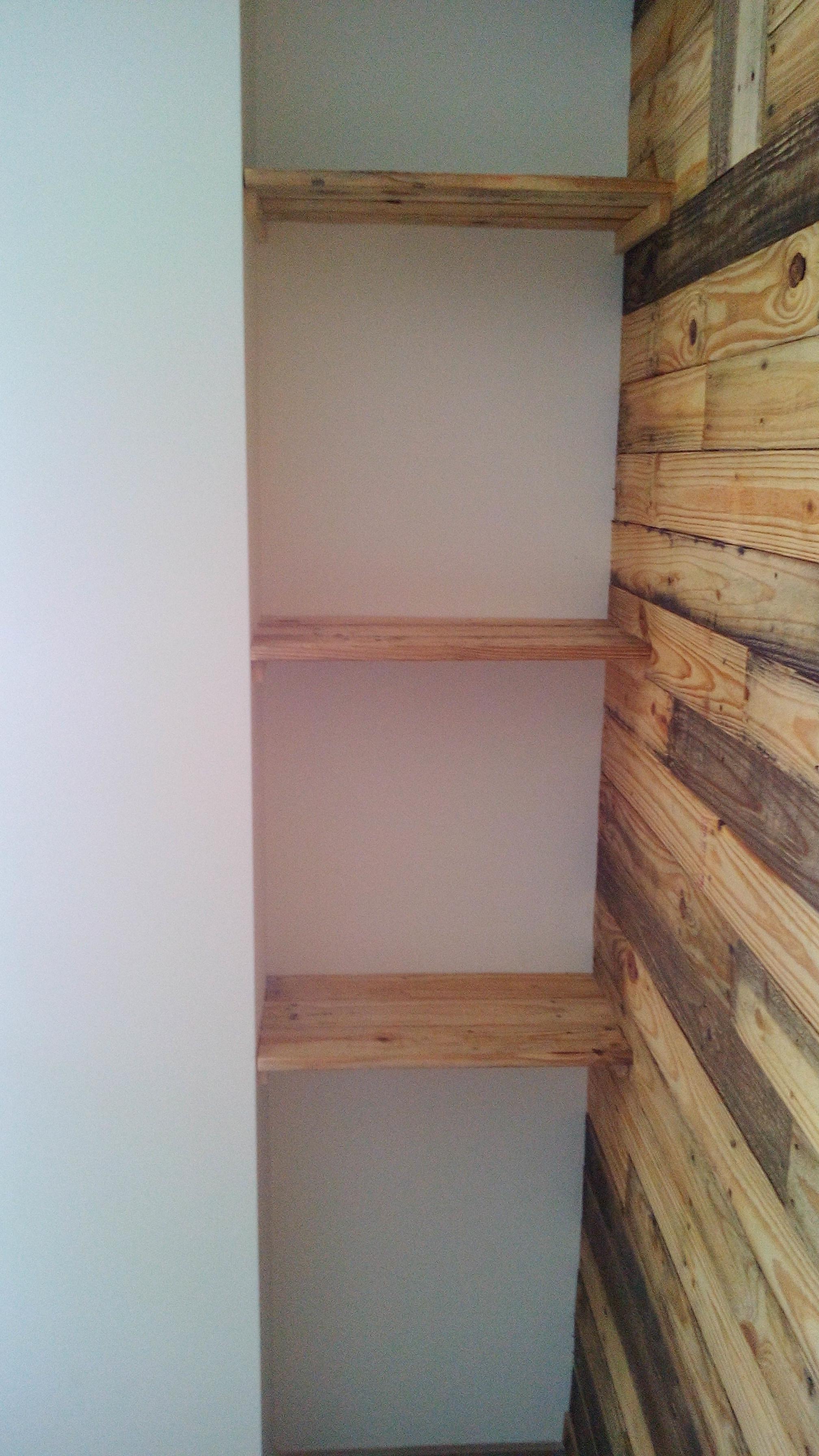 estanterias con madera de palet | San Xuan - restauraciones & decoración