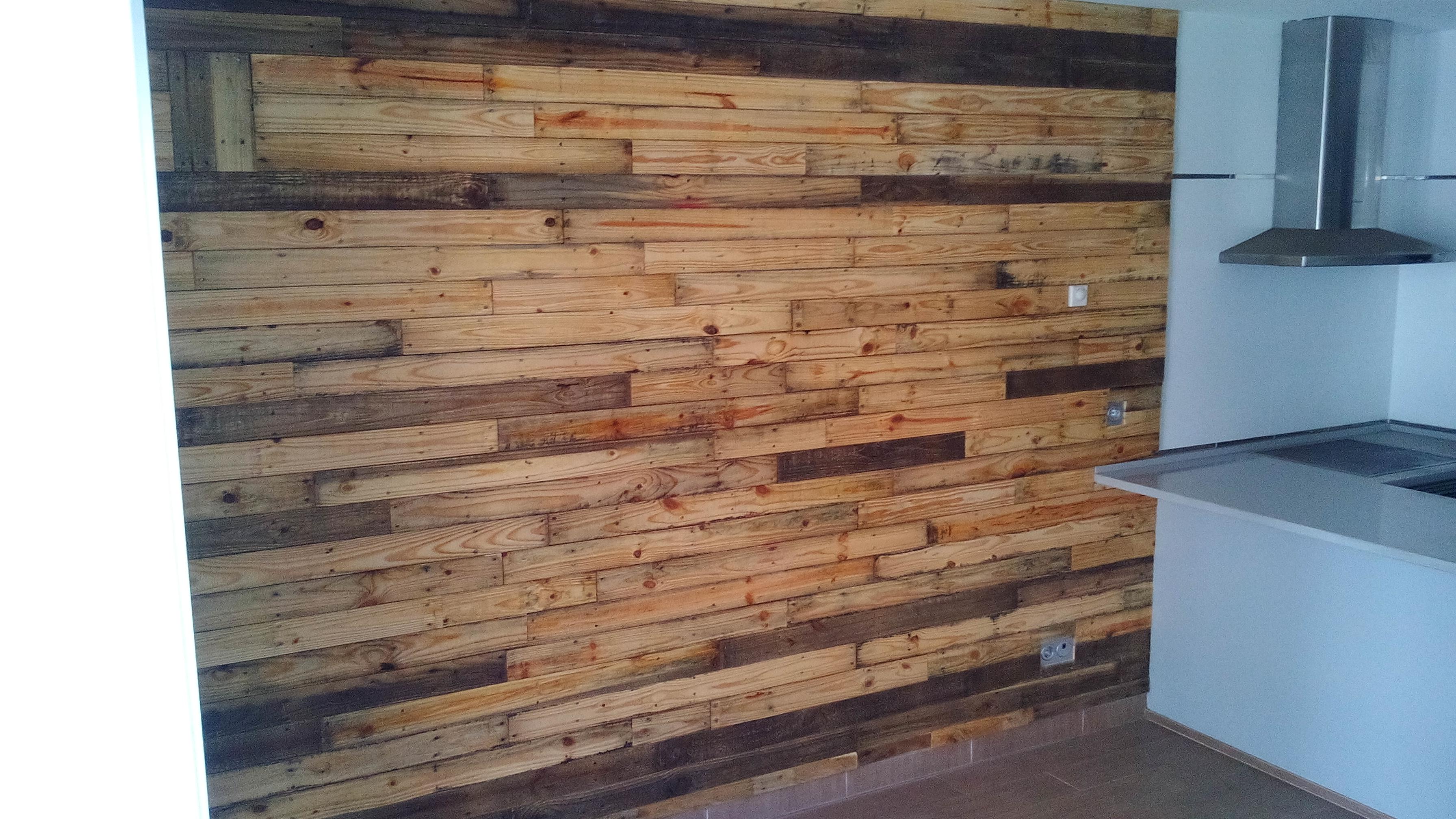 Pared con madera de palet san xuan restauraciones for Laminas de madera para forrar paredes