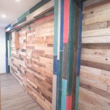 pasillo revestido en madera recuperada