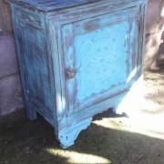 mesita azul desgastada